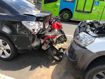 Colisão envolvendo 4 veículos deixa homem ferido na Frei Serafim