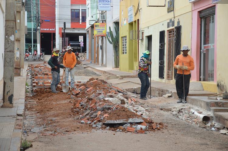 Prefeito de Picos manda destruir boxes que abrigariam ambulantes