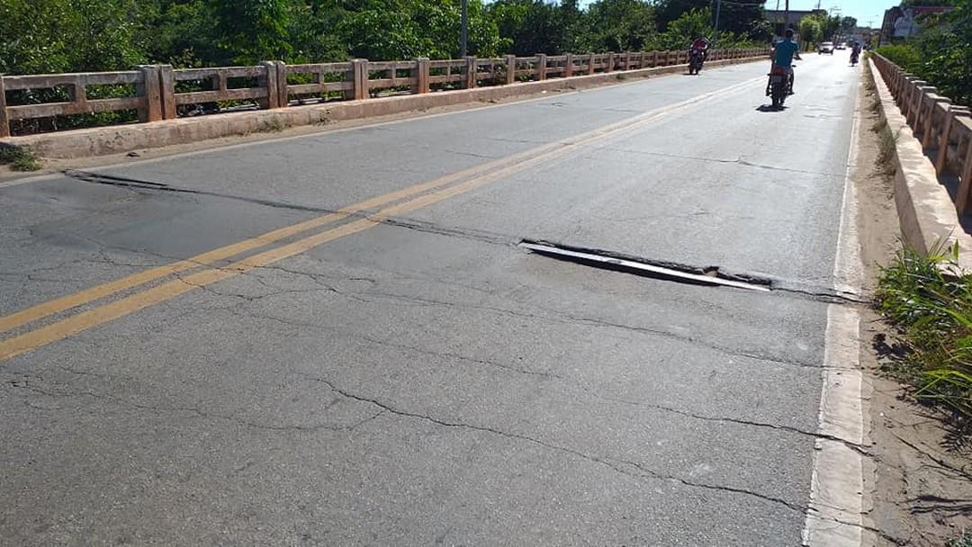 Moradores denunciam fissuras em cabeceira da ponte em Piracuruca