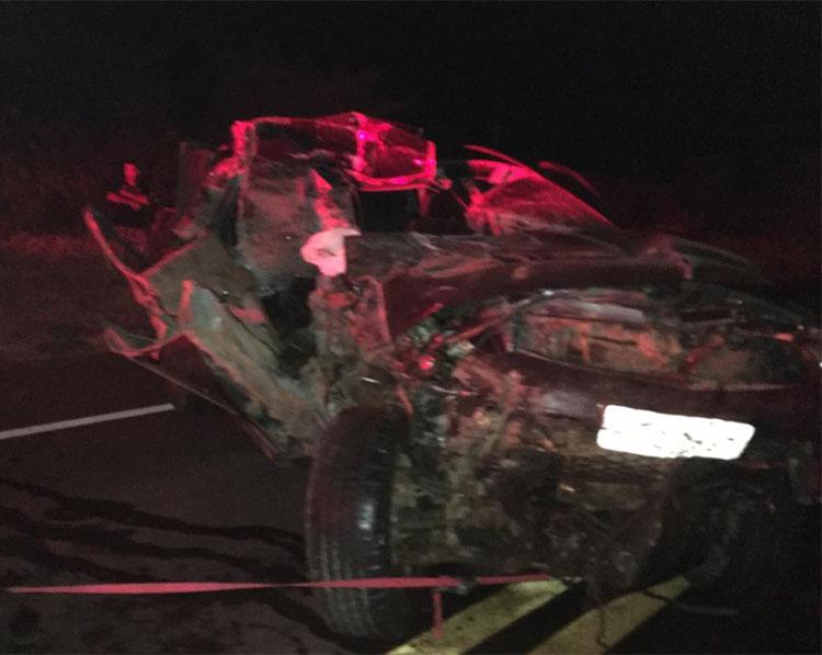 Carro de ex-prefeito colide em carreta e ele sai ileso na BR-316