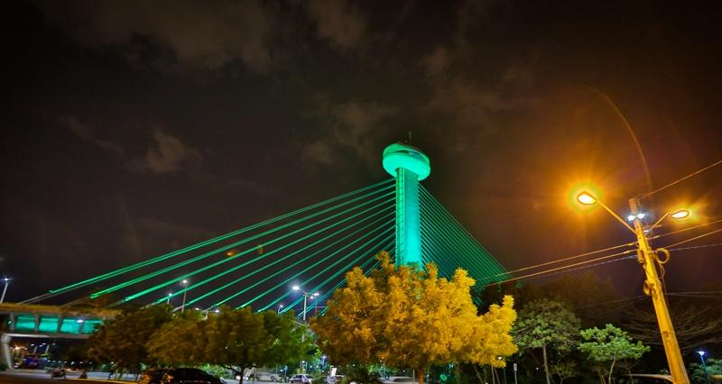 Em alusão às vítimas de acidentes de trabalho, Ponte Estaiada fica verde em abril