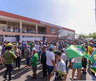 Jair Bolsonaro é recepcionado por apoiadores em Parnaíba