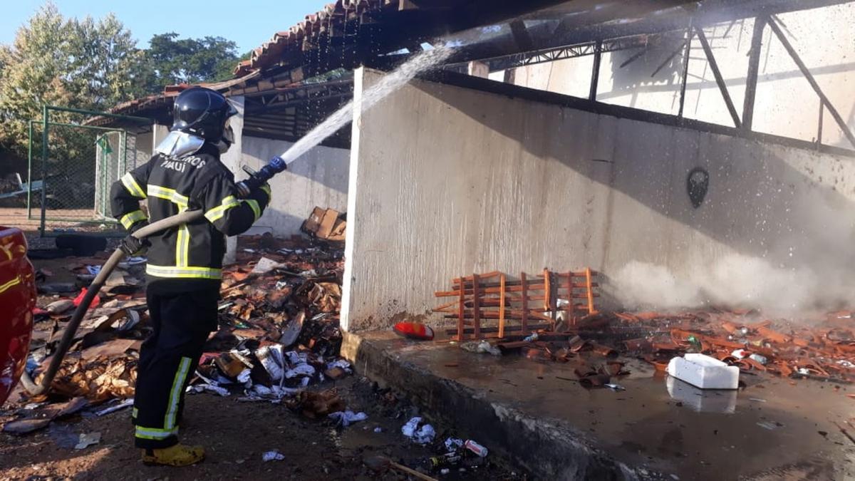 Incêndio atinge depósito de material reciclável no Parque Lagoas do Norte