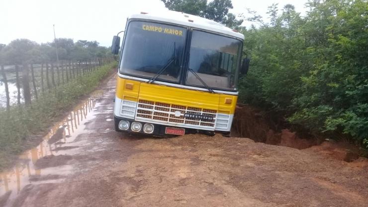 Buraco na pista 'engole' parcialmente ônibus escolar em Campo Maior