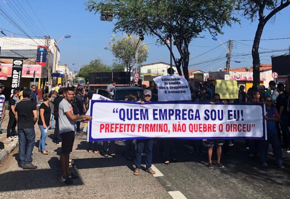 Comerciantes do bairro Dirceu protestam por conta de mudanças de trânsito