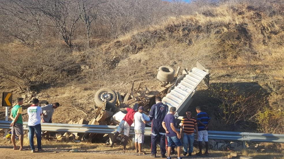Caminhão carregado de pedras tomba e mata cinco pessoas no Sul do Piauí