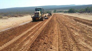 Obras de pavimentação são retomadas em rodovia que liga Piauí ao Ceará