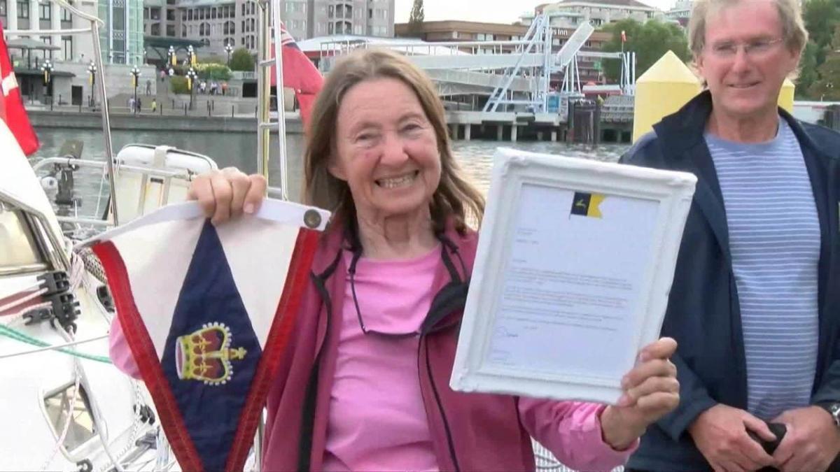 Britânica se torna a pessoa mais velha a dar a volta ao mundo navegando sozinha