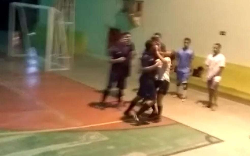 Estudante que agrediu árbitra em jogo de futsal é expulso da universidade