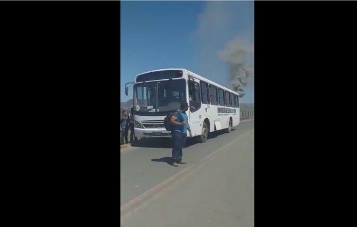 Ônibus que levava estudantes da UFPI tem princípio de chamas