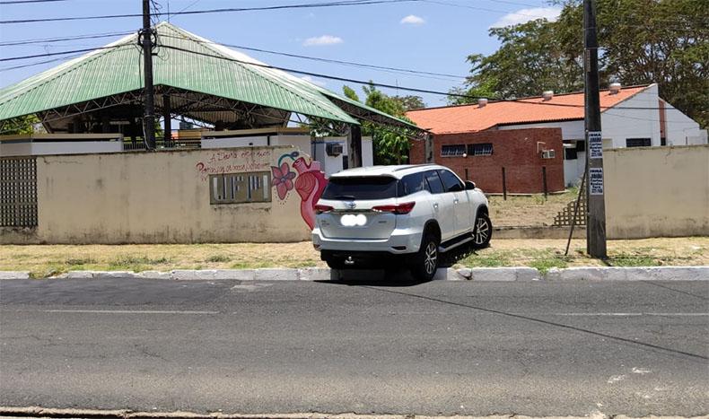 Em fuga da Polícia, contador suspeito de fraudar medidor de energia bate carro em muro da UFPI