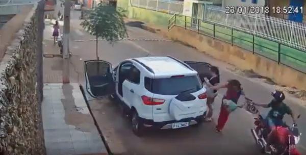 Vídeo: mulher é jogada no chão durante assalto em Picos