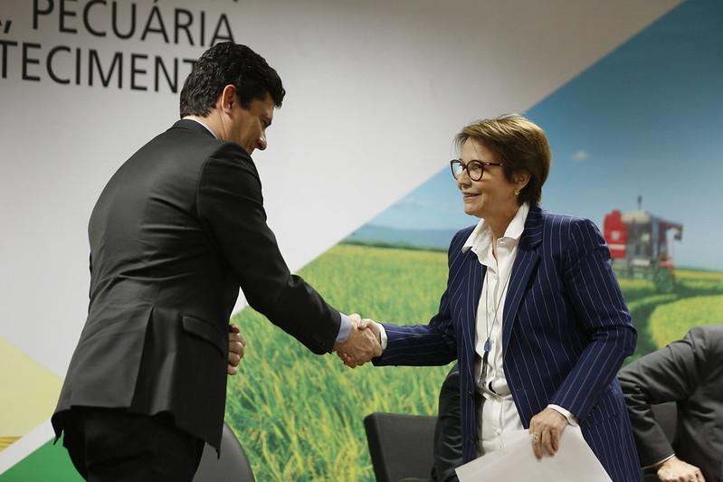 Combate à venda casada no crédito agrícola vai reduzir custo para produtor e melhorar competitividade, diz ministra Tereza Cristina