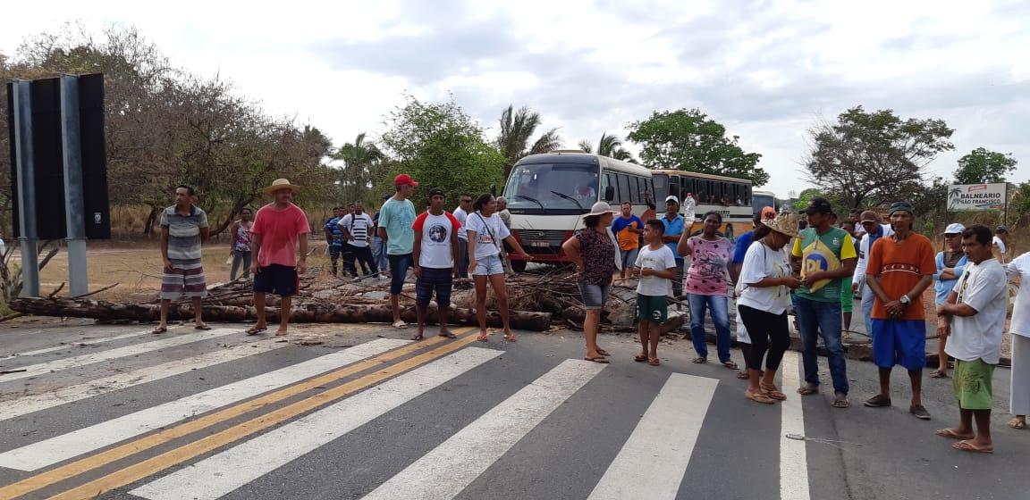Manifestantes protestam contra falta de água na BR-316