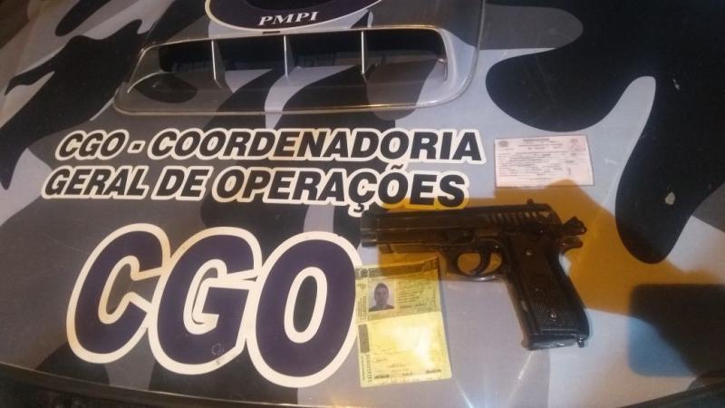 PM apreende simulacro de pistola ponto 40 dentro de táxi na zona Leste de Teresina