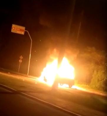 Carro 'incendeia' próximo a Shopping na zona Leste de Teresina