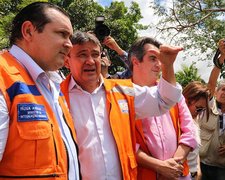 Ministro da Integração Nacional visita desabrigados em José de Freitas e Campo Maior