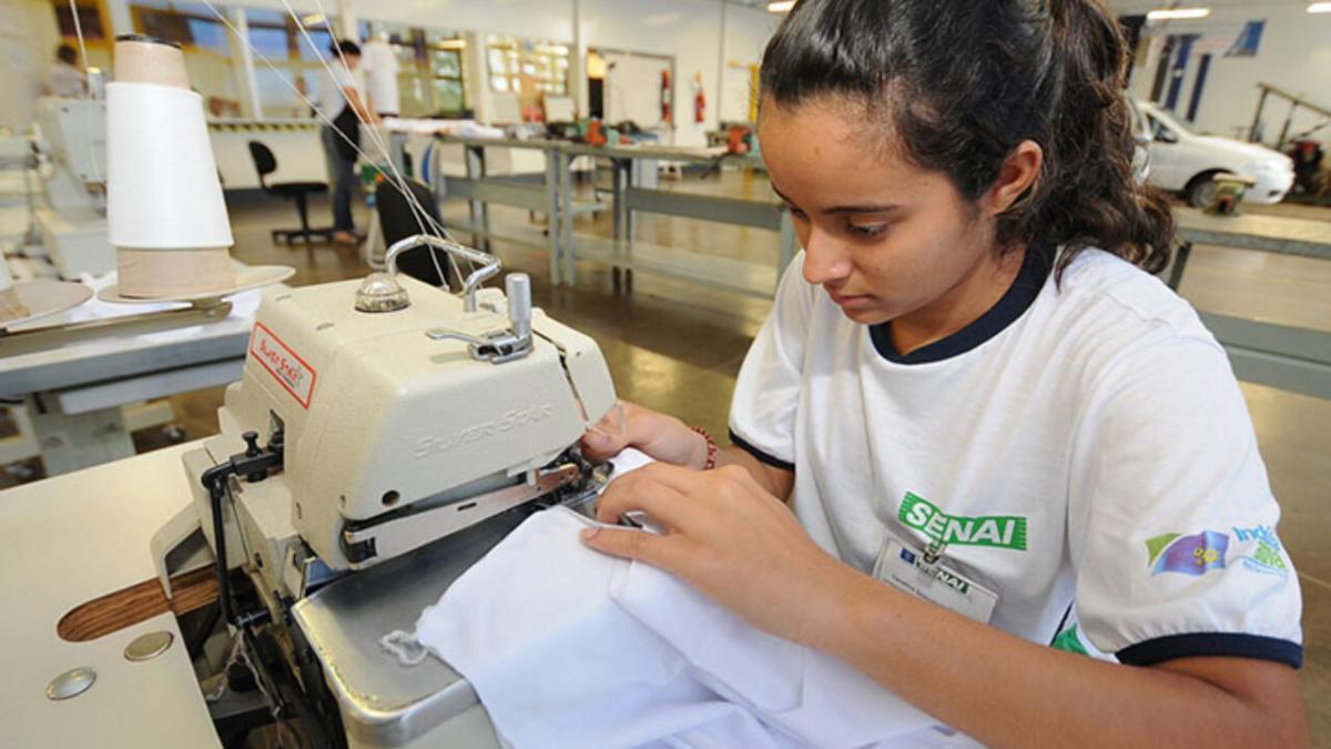 Curso gratuito para costureira industrial está com inscrições abertas