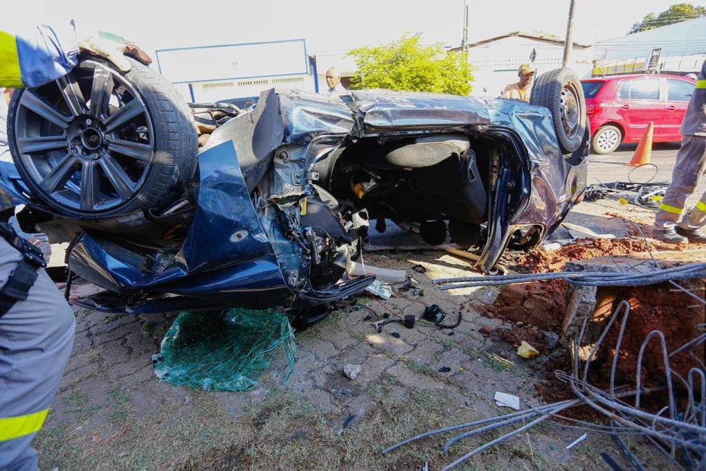 Quatro pessoas ficam feridas em colisão de carro com poste