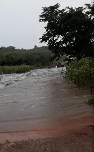 'Cheia' de riacho arrasta carro e interdita rodovia entre Batalha e Esperantina