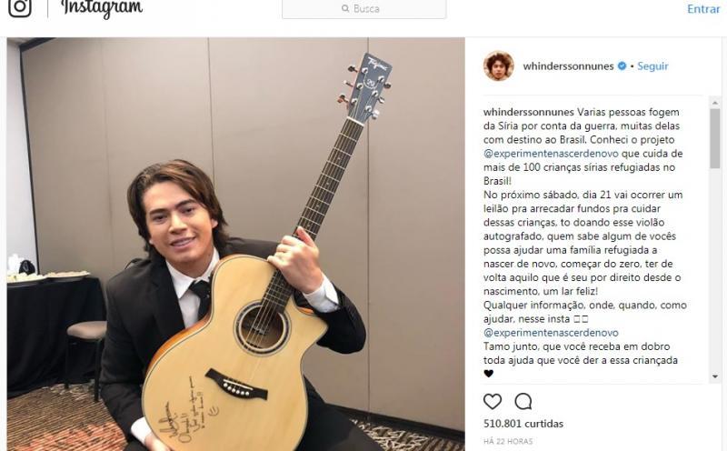 Whindersson Nunes doa violão autografado para ajudar crianças refugiadas da Síria