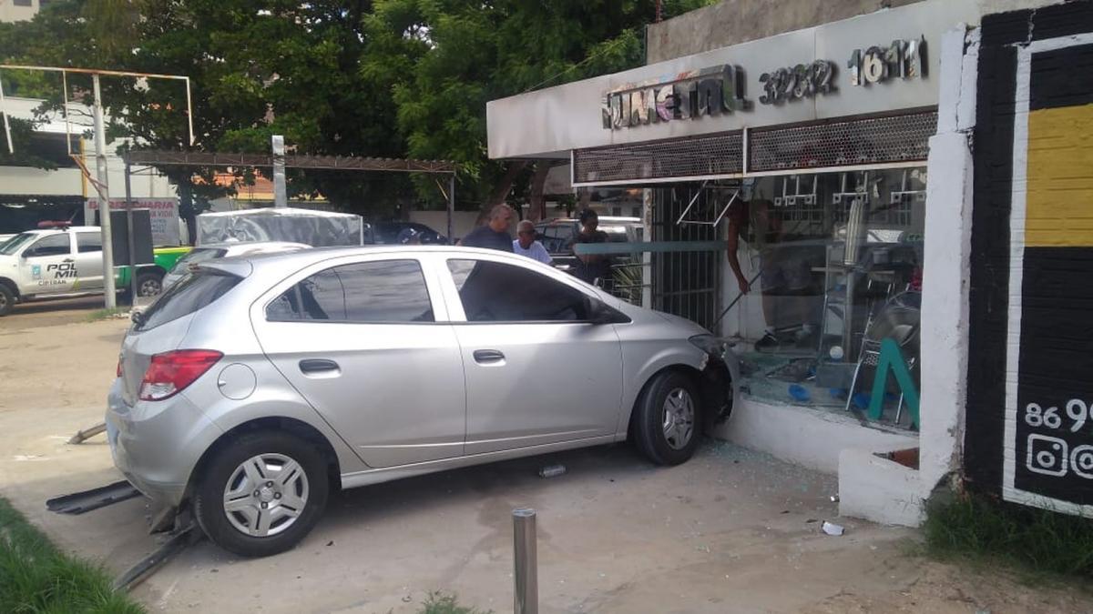 Motorista perde controle do veículo e invade loja na Zona Leste de Teresina