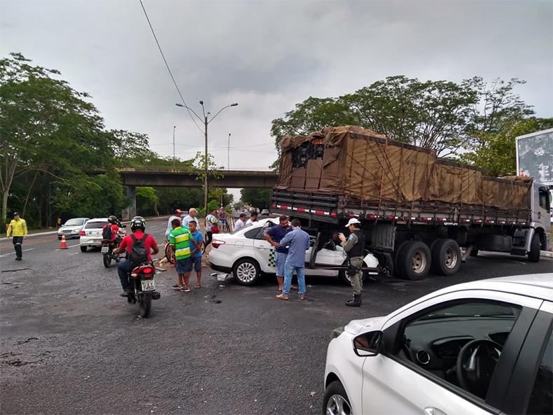 Taxista fica ferido e carro fica preso sob caminhão em Teresina
