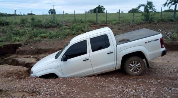 Carro é engolido por buraco em estrado no Sul do Piauí