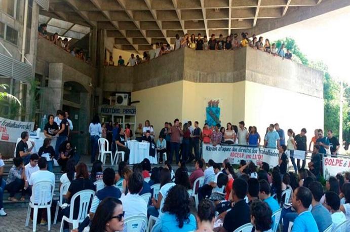Com 5 anos sem reajuste salarial, docentes da Uespi anunciam paralisação