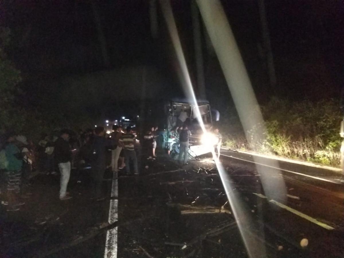 Acidente envolvendo ônibus da Guanabara deixa BR-343 parcialmente interditada