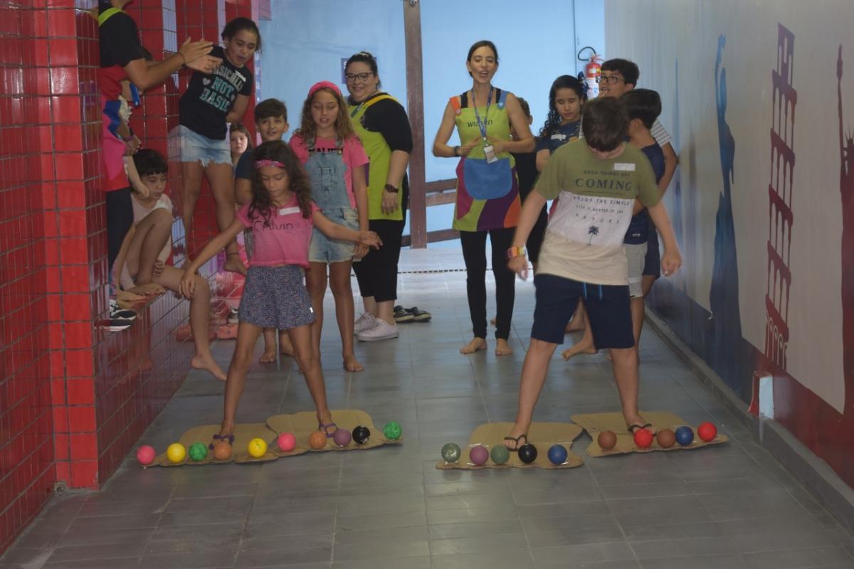 Atividades de colônia de férias promovem diversão ao praticar a língua inglesa