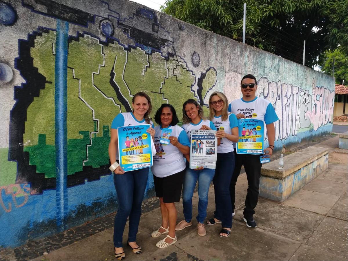 Equipe da Semec percorre bairros para informar jovens sobre a EJA