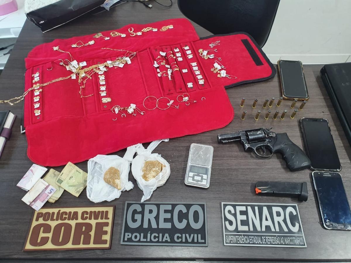 Quatro são presos pela polícia por envolvimento em tráfico