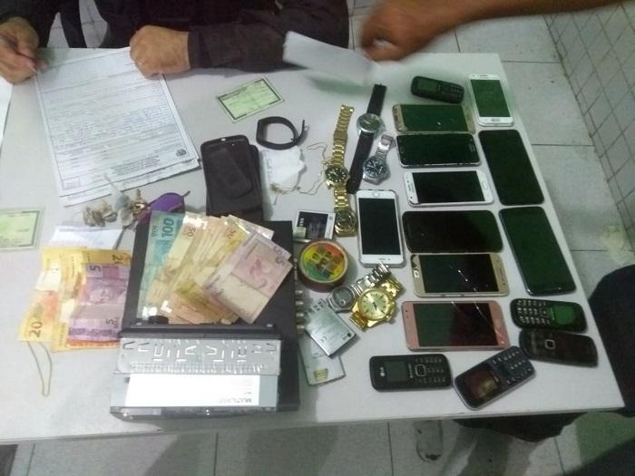 Cinco homens são presos e celulares apreendidos pela Polícia