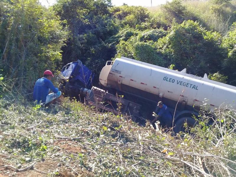 Carreta cai de 'ribanceira' na BR-230 no Piauí