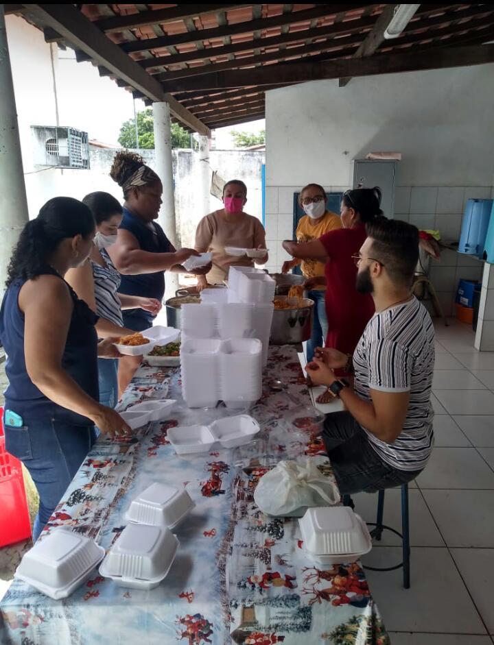 Grupo de professores distribui almoço em abrigos e para moradores de rua