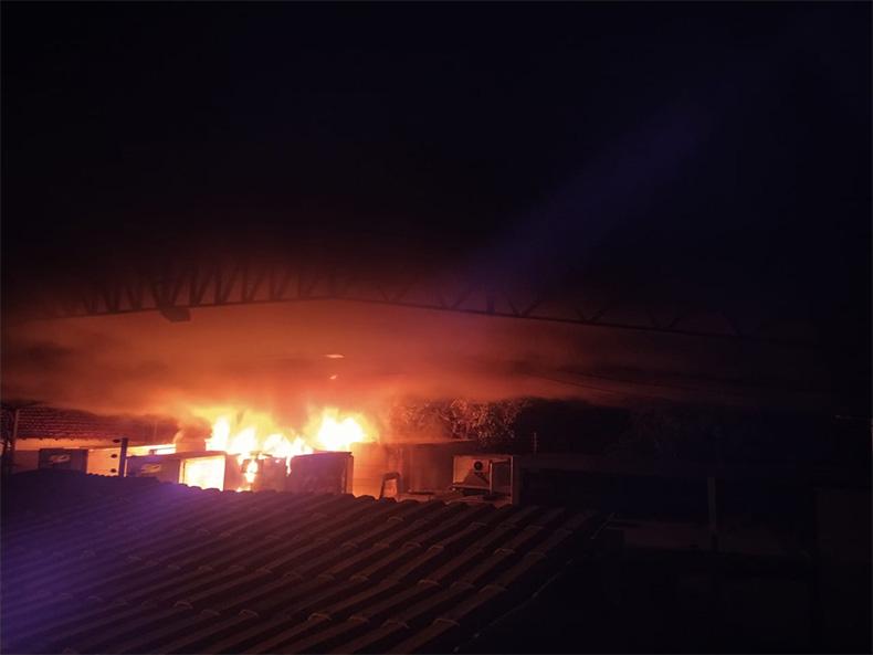 Incêndio em distribuidora destrói 15 veículos em Teresina