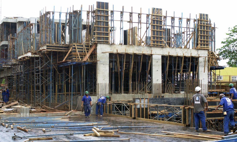 Em novo decreto, Bolsonaro inclui construção civil e indústria como atividades essenciais