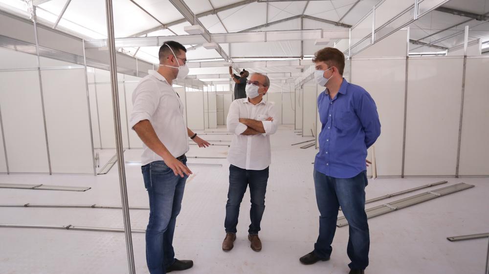 Prefeito Firmino Filho visita obras do hospital de campanha do HUT