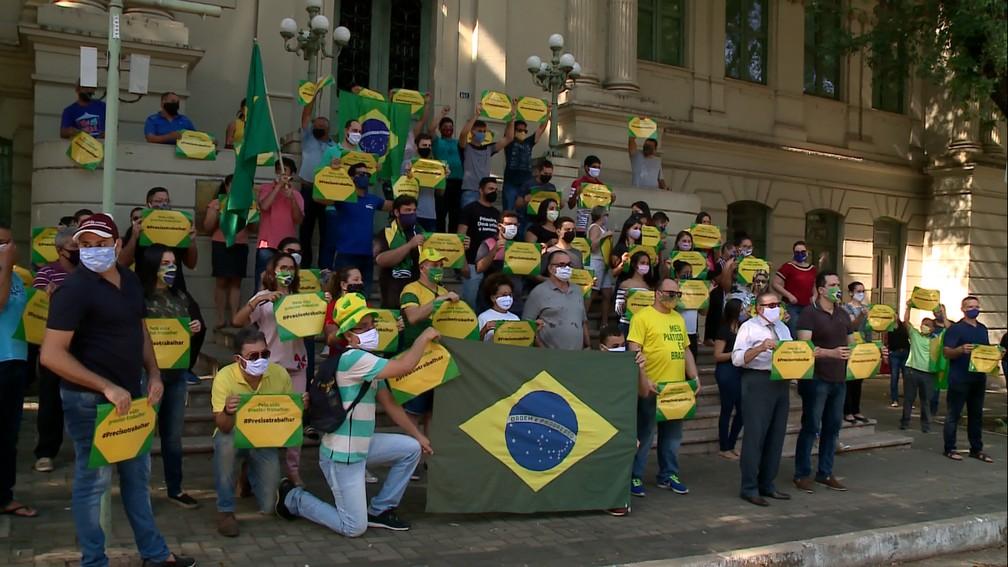Empresários pedem reabertura do comércio em manifestação em frente a Prefeitura de Teresina