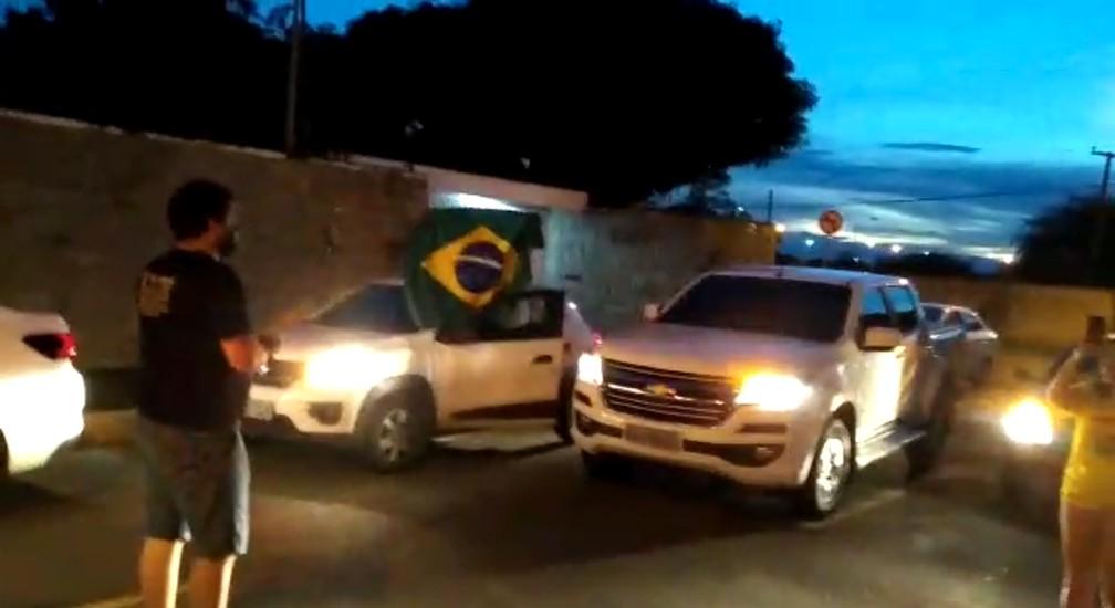 Manifestantes fazem buzinaço em frente a casa do prefeito Firmino Filho