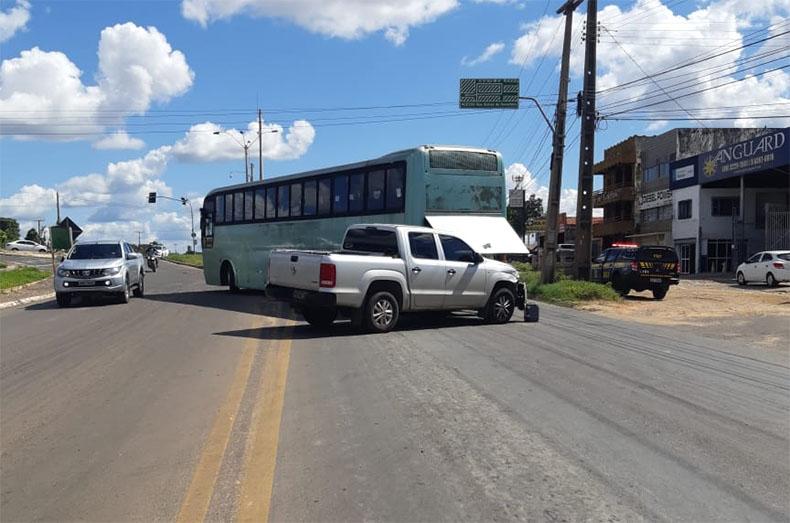 Trânsito fica lento na BR-343 após colisão entre ônibus e picape