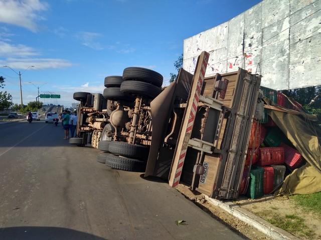 Caminhão carregado de abacates tomba na Avenida Miguel Rosa em Teresina