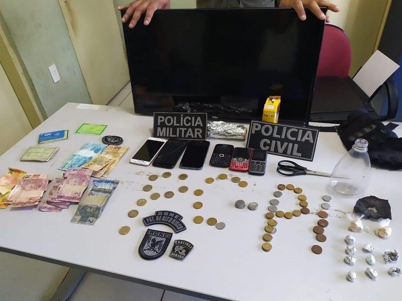 Dois são presos suspeitos de tráfico de drogas e furtos