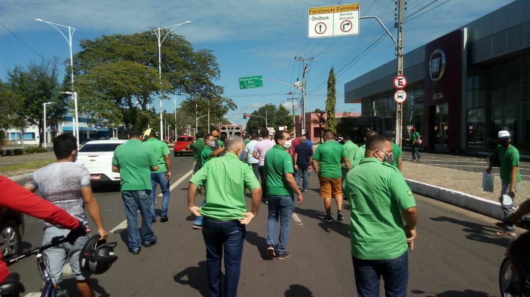 Em greve, motoristas de ônibus de Teresina realizam passeata na Avenida Frei Serafim