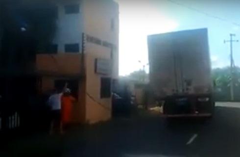 Caminhoneiro sofre 'choque elétrico' ao tentar tirar fio enganchado em caminhão na zona Sul