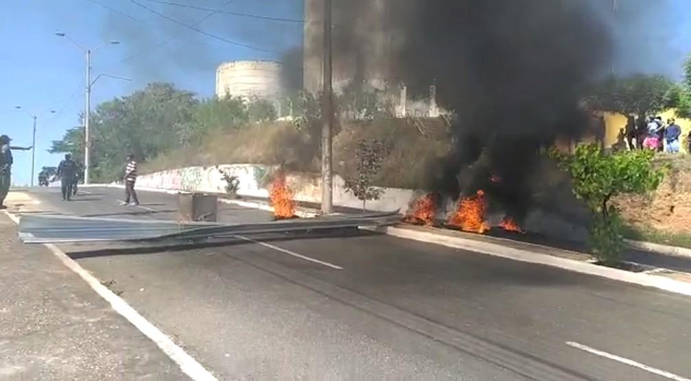 Moradores interrompem trânsito em protesto na zona Norte de Teresina