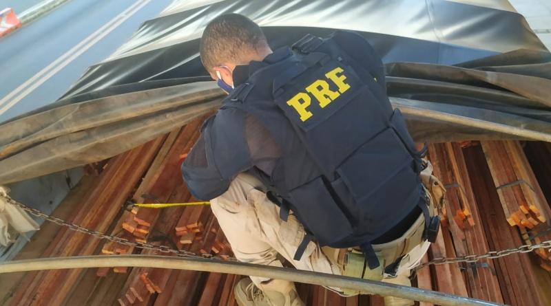 PRF apreende 72 m³ cargas de madeira ilegal em Floriano e Valença