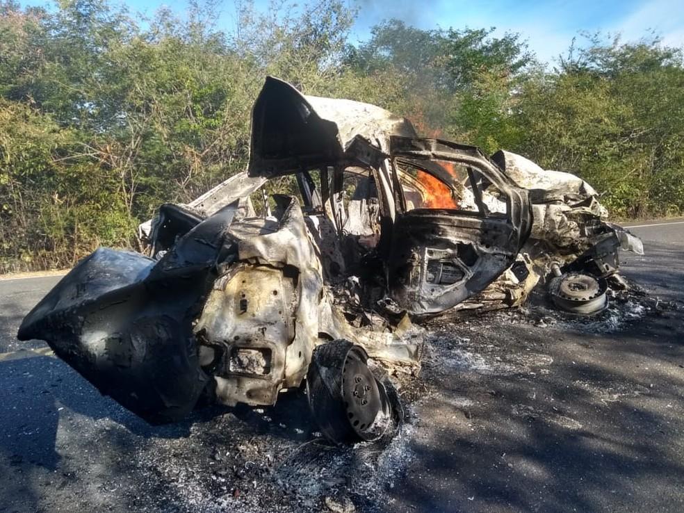 Duas pessoas morrem carbonizadas em colisão na BR-135