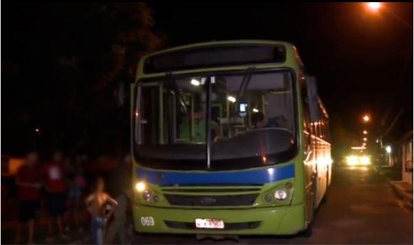 Cobrador é agredido e passageiros roubados dentro de ônibus